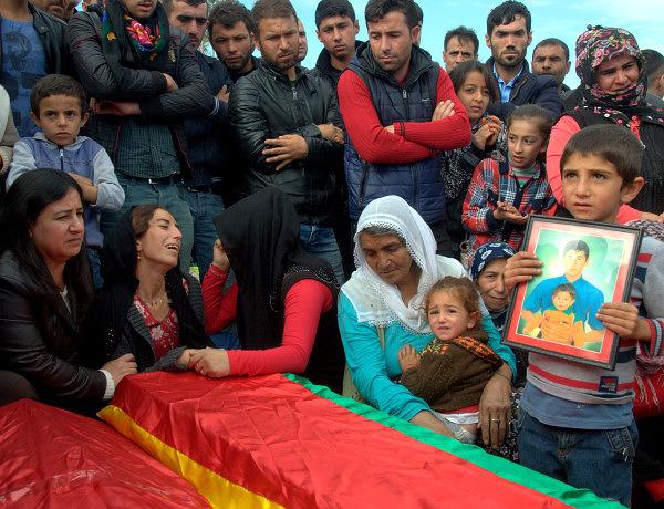 W tureckim Kurdystanie trwają zacięte walki pomiędzy siłami rządowymi i kurdyjskimi bojownikami. Wbrew oczekiwaniom listopadowe wybory parlamentarne, w których bezwzględną większość zdobyła partia AKP prezydenta Erdoğana, nie tylko nie przyniosły pokoju, ale w praktyce doprowadziły do eskalacji konfliktu.