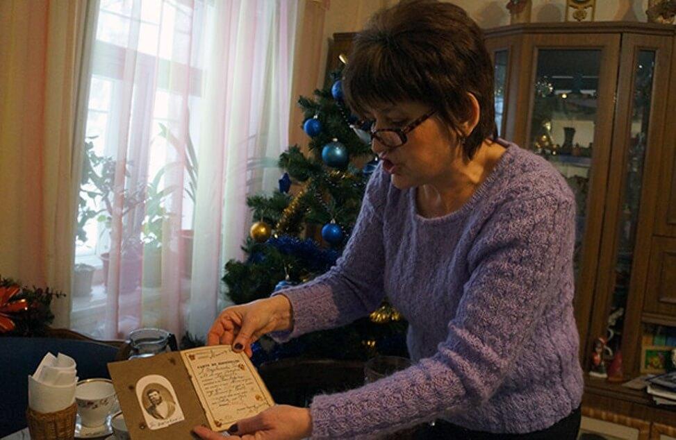 Bielce. Larysa Zawadzka pokazuje rodzinne dokumenty (fot. Wojciech Jankowski)